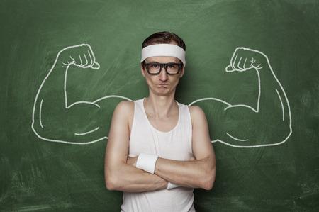 тощий: Забавный спорт ботаник с поддельным мышцы, нарисованной на доске Фото со стока