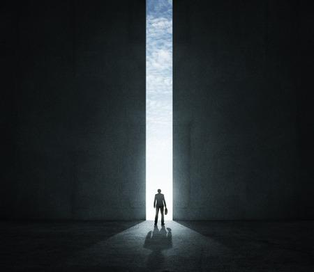 Einsamer Geschäftsmann stand vor dem großen Tor