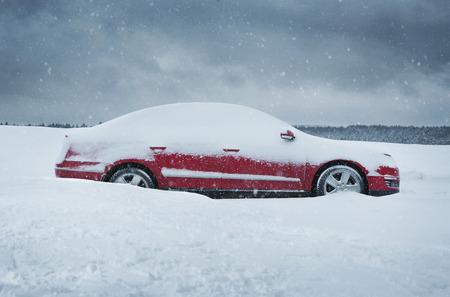 冬は、赤い車のクローズ アップ、雪で覆われて 写真素材