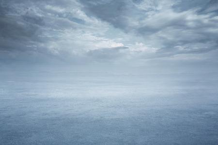 복사 공간을 가진 빈 얼어 붙은 호수 배경