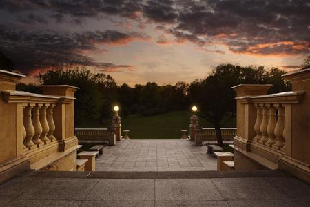 Leere Vintage Eingang zum Garten, auf den Sonnenuntergang mit Kopie Raum Standard-Bild - 39940784