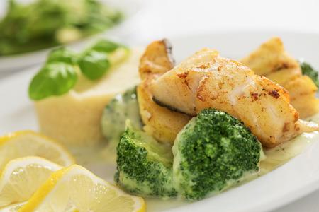 brocoli: Primer plano de la parrilla filete de bacalao con cuscús, brócoli y judías verdes