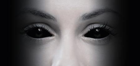 ojos negros: Primer plano de los malos ojos femeninos