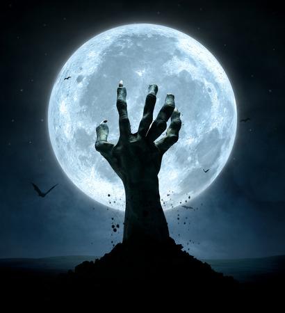 peligro: Concepto de Halloween, la mano de zombies que salen de la tumba Foto de archivo