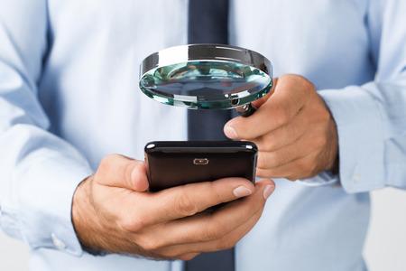 Close up der jungen Geschäftsmann sucht das Mobiltelefon Lizenzfreie Bilder