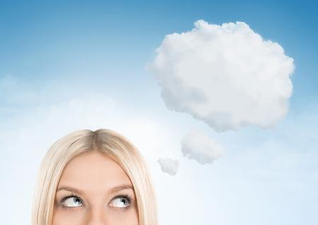 ojo humano: Cerca de la mujer rubia mirando hacia la burbuja de pensamiento en blanco, con copia espacio
