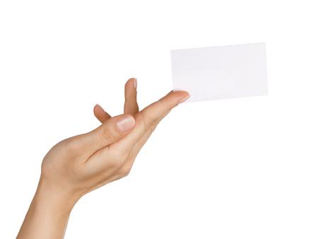 manos entrelazadas: Cerca de la explotaci�n de la mano femenina  que da la tarjeta de visita en blanco isolared en el fondo blanco