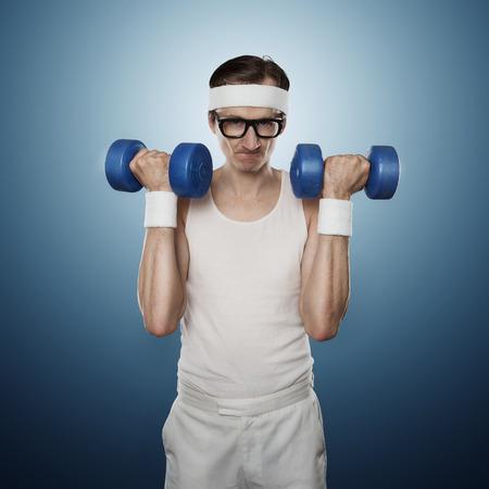 levantar pesas: Pesos de elevación del empollón divertido del deporte aislados en el fondo azul