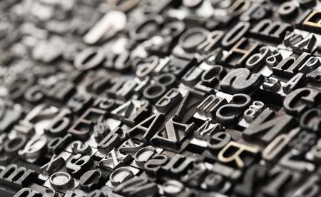 escribiendo: Fondo de tipografía, de cerca de muchas letras de metal de edad, al azar, con copia espacio