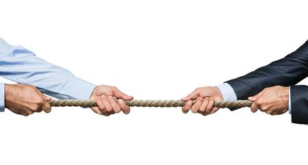 Guerra del rimorchiatore, uomo d'affari due che tira una corda nelle direzioni opposte oisolated su fondo bianco Archivio Fotografico - 50918540