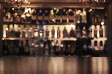 barra de bar: Vaciar barra de bar de madera con fondo desenfocado de restaurante, bar o cafetería y espacio de la copia