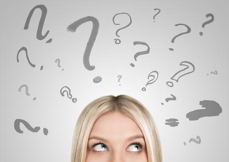 Nahaufnahme von blonde Frau suchen aufwärts auf viele Fragezeichen mit Kopie Raum