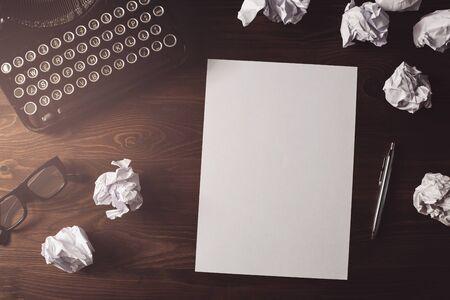 Retro Schriftsteller, Journalist Schreibtisch. High Angle View von leeren Papier Blatt auf einem hölzernen Schreibtisch mit Kopie Raum Lizenzfreie Bilder