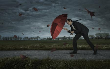 Krise, Schwierigkeiten, Probleme Konzept. Geschäftsmann geht im Sturm mit Kopie Raum Standard-Bild