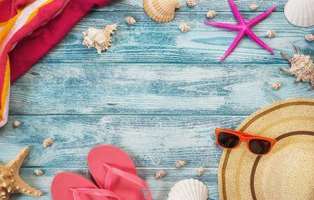 Erhöhte Ansicht von Sommer, Urlaub, Strand-Accessoires auf blauem Hintergrund aus Holz mit Kopie Raum Standard-Bild