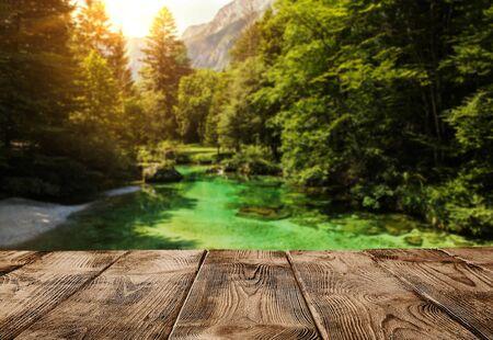 Alter leerer hölzerner Pier oder Tabelle über Alpen Gebirgsfluss mit Kopienraum