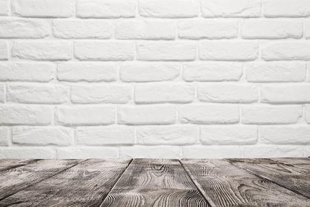 Leere Holztisch über weiße Mauer Hintergrund mit Kopie Raum