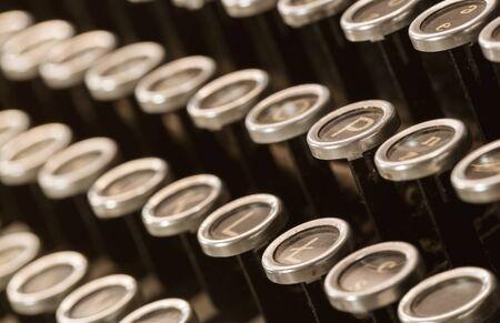 Nahaufnahme von alten, staubigen Schreibmaschinen Schlüssel mit Kopie Raum