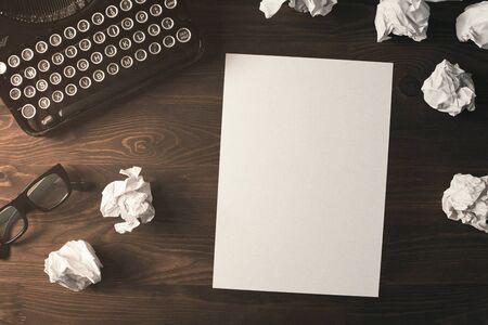 Retro Schriftsteller, Journalist Schreibtisch. High Angle View von leeren Papier Blatt auf einem hölzernen Schreibtisch mit Kopie Raum Standard-Bild