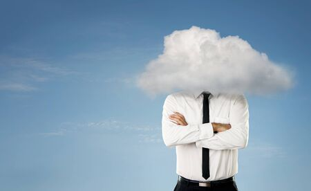 Junger Geschäftsmann mit Kopf in den Wolken Lizenzfreie Bilder