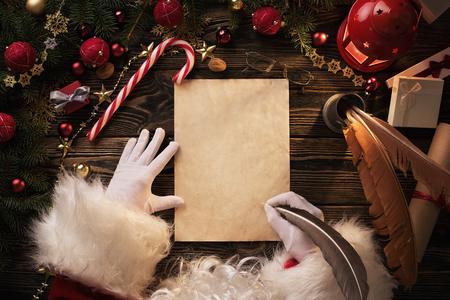 Abschluss oben von Santa Claus übergibt Schreiben des Briefes auf Worden-Schreibtisch mit Kopienraum