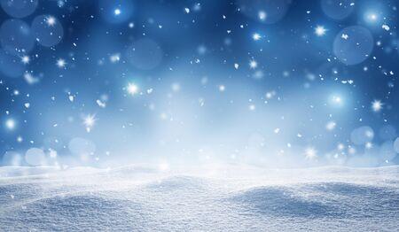 Leerer verschneiter Winter, Weihnachtshintergrund mit Kopienraum Standard-Bild