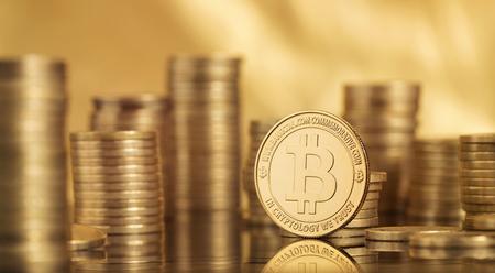 Schließen Sie oben von vielen bitcoin Münzen über goldenem Hintergrund mit Kopienraum Standard-Bild - 92229653