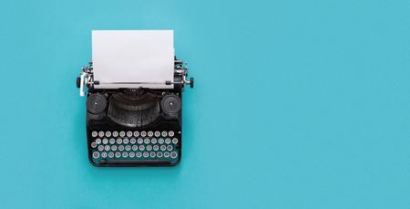 Máquina de escribir vintage sobre fondo azul con espacio de copia