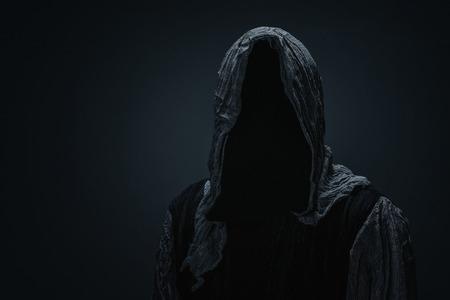Silhouette eines Sensenmanns über dunkelgrauem Hintergrund mit Kopienraum
