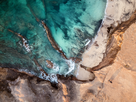 Aerial view of a car, parked at the edge of the cliff, of beautiful Fuerteventuras coastline  Stockfoto