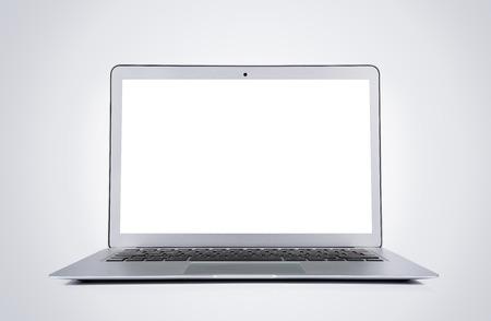Portátil moderno en blanco aislado sobre fondo gris con trazado de recorte para la pantalla Foto de archivo