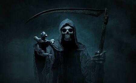 Grim reaper che raggiunge la telecamera su uno sfondo scuro e nebbioso con spazio per le copie Archivio Fotografico