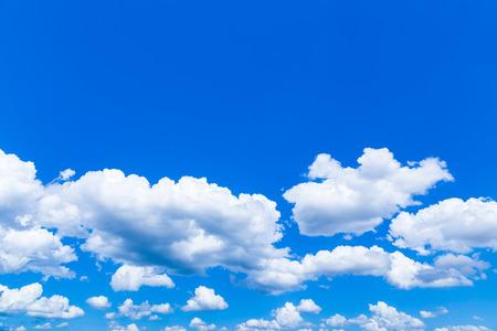 ciel avec nuages: Nuages ??dans le ciel par temps clair.