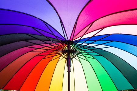 De kleuren van de regenboog paraplu
