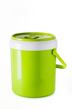 vaso de precipitado: cantimplora verde aislado en el fondo blanco. Foto de archivo