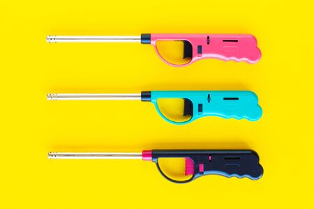 Gasfeuerzeugpistole für Gasherd auf gelbem Grund
