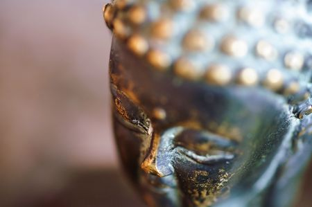 Close-up picture of the head of a buddha statue. Imagens