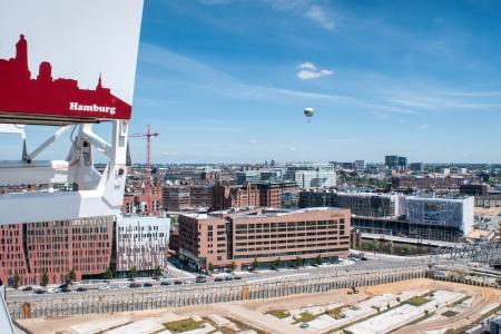 ferriswheel: guardare fuori di una ruota panoramica-a gi� finisce areali della citt�-porto di Amburgo Editoriali