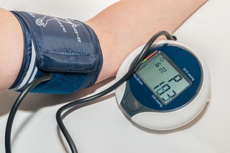 혈압을 팔에 측정하는 혈압계 스톡 콘텐츠 - 31451413