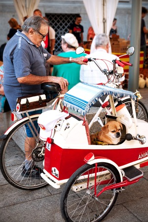 sidecar: Barcelona, Spain -  Oktober 2nd, 2014: Mobile Spanish pensioner traveling with a bicycle with a sidecar for his dog through downtown