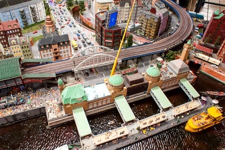 Miniatuur replica van de bezienswaardigheden van Hamburg in 's werelds grootste modelspoorbaan te bouwen in Miniatur-Wonderland Hamburg Redactioneel