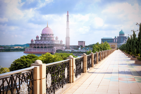 Walkway to the Great Putra Mosque and the Prime Minister's Office via the Seri Gemilang Bridge in the planned city of Putrajaya, south of Kuala Lumpur, Malaysia Редакционное