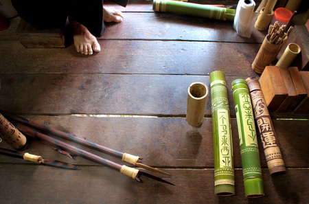 The making of the ornate bamboo quiver for blowpipe darts in Borneo, Sarawak, Malaysia Imagens