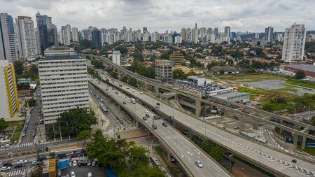 Large avenues, avenue Journalist Roberto Marinho, Sao Paulo Brazil, South America Banque d'images - 141362763