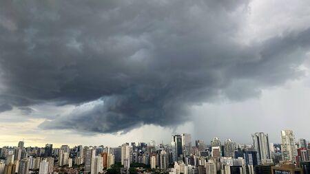 Vor dem Regen. Sommersturmhimmel über der Stadt. Stadt Sao Paulo, Brasilien.
