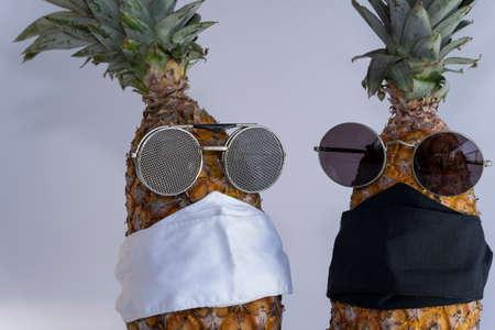 Wear a face covering. Please wear a mask. Stok Fotoğraf - 165963817