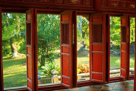 Vista attraverso le porte aperte di vecchio, padiglione asiatico nel parco
