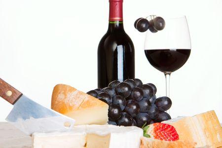 vinos y quesos: Vino tinto, queso y uvas