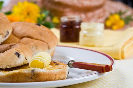Delicious fresh tea cakes with butter on a plate Standard-Bild