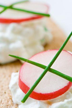 Cottage cheese on crispbread with radish Imagens